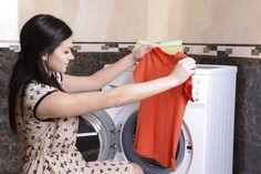 No es llegar y meter todo lo sucio a la lavadora y mucho menos a la secadora. Mirar las instrucciones de lavado que traen las etiquetas es lo primero que debes hacer. Ellas te explican todo sobre cómo lavar cada prenda, también del planchado. Sabemos que no siempre son fáciles de entender y final