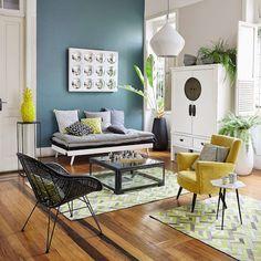 salon coloré canapé accumulation de matelas de sieste