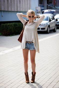 Cute boots and sunglasses. Cute outfit.