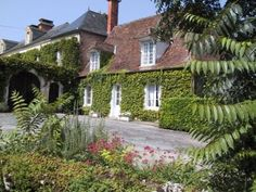 Long term lets in Dordogne, Nouvelle-Aquitaine, France. Gatehouse to Manor (La Petite Maison) for rent. Discounted rates on Rent a Place in France Aquitaine, New Homes, Cottage, France, Mansions, House Styles, Places, Chic, Shabby Chic