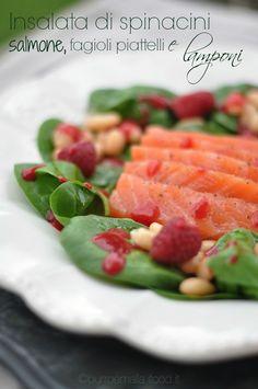 Insalata di spinacini, salmone, fagioli piattelli e lamponi