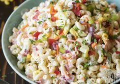 Deze macaronisalade is ideaal voor warme dagen Je in de zomer vergrijpen aan de patatjes mayo met frikandellen en een softijsje toe is niet zo moeilijk. Je beheersen en een salade pakken in plaats van de barbecue aansteken vraagt wel wat zelfdiscipline. Niks moeilijks aan hoor, als je salade maar