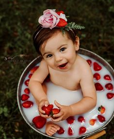 Birthday Girl Pictures, Baby Girl Pictures, Baby Milk Bath, Baby Christmas Photos, 1st Birthday Photoshoot, Baby Girl First Birthday, Newborn Baby Photography, Baby Month By Month, First Birthdays