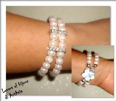 3029/92 Bracciale a due fili, realizzato completamente a mano e costituito da perle cerate rosate, monili di strass e chiusura in madreperla a forma di fiore. Handmade, rosa, fiore, madreperla, artigianato, italy