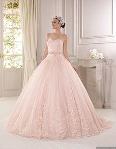 Abito da sposa Delsa color rosa con scollo a cuore e gonna ampia stile principessa con pizzo e cintura sul bustino