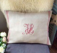 """Coussin en lin naturel liserés rouge et monogramme """"M"""" au point de croix : Textiles et tapis par rouge-lin-et-bois"""