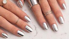 Zilveren metallic nagellak is razend populair op Instagram en Pinterest, het is dan ook de ideale kleur om deze zomer mee op te vallen op festivals...
