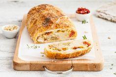 Strudel salato con mozzarella, funghi porcini e pomodori secchi ricetta Strudel, Banana Bread, Mozzarella, French Toast, Picnic, Cheese, Cooking, Breakfast, Desserts