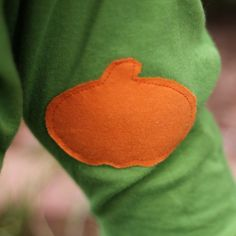 Add some festive fabric applique for Fall! Simple tutorial for how to use Wonder Under and a free printable pumpkin silhouette.