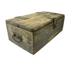 Stoere brocante kist. Een leuke opberger voor in huis. http://www.olddays.nl/907-thickbox_default/stoere-brocante-kist.jpg