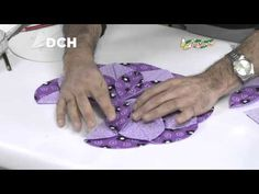 Almohadón de pétalos - YouTube Cathedral Window Quilts, Cathedral Windows, Patchwork Table Runner, Quilted Table Runners, Quilting Tutorials, Quilting Designs, Window Table, Christmas Runner, Quilt Sizes