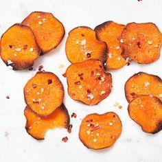 Det går att göra chips av det mesta – inte bara potatis. Sötpotatis inte minst! Resultatet är ett frasigt chips med en sötma som passar fint till den salta ytan. Sötpotatischipsen gör du enkelt i ugnen, utan stänk och kladd. Toppa gärna med lite chiliflakes för hetta!