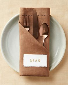 Add a special touch to your dinner table with these napkin folding ideas. You don't need anything fancy to get started—just a few napkins and these easy step-by-step instructions. Wedding Napkin Folding, Paper Napkin Folding, Christmas Napkin Folding, Christmas Napkins, Wedding Napkins, Napkin Folding Pocket, Simple Napkin Folding, Linen Napkins, Cloth Napkins