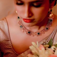 Jewelry OFF! Check Out These Small ( Stunning) Gold Necklace Designs Antique Jewellery Designs, Gold Jewellery Design, Gold Jewelry, Tikka Jewelry, Saree Jewellery, Temple Jewellery, Diamond Jewellery, Pearl Jewelry, Antique Jewelry