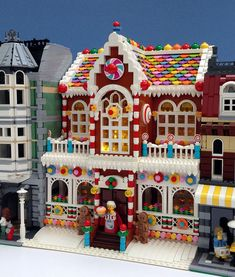 Parks and Wrecked Creations, Lego Gingerbread House, Modular Building Street Village Lego, Lego Christmas Village, Christmas Houses, Lego Modular, Lego Design, Lego Sets, Lego Gingerbread House, Lego Hacks, Casa Lego