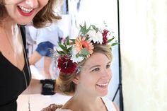 Brautstyling auf der GLOSSYCON 2016 - Brautfrisur mit eingearbeitetem Blumenkranz