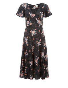 Unser Hazel Nachmittagsmidikleid mit Blumenprint schöpft seine Inspiration aus den Vintage-Modellen. Eine wunderschöne Wahl, wenn es um alltägliche Eleganz geht. Der V-Ausschnitt und die betonte Taille schaffen eine umschmeichelnde Passform, während das leicht geraffte Rockteil bei jedem Schritt für wundervolle Bewegung sorgt. Unser Model trägt Größe UK 8/UK S/EU 36/US 4. Körpergröße des Models: 175 cm.