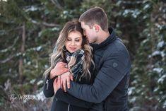 Couple winter engagement photos / winter photo shoot