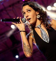 """Lleana Mercedes Cabra Joglar (28 de abril de 1989), más conocida por su apodo """"PG-13"""", es una compositora puertorriqueña, actriz, corista y es la voz femenina del grupo musical Calle 13, junto a sus hermanos René Pérez Joglar """"Residente"""" y Eduardo Cabra """"Visitante""""."""