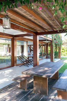 Pergolado: Tem estrutura de tatajuba coberta de eucalipto tratado, vidro temperado e esteira feita por mão de obra local. Mesa e bancos executados pela PHJ Construtora (Foto: Tarso Figueira/Divulgação)
