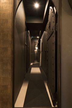 エステ・マッサージサロン/モロッコスタイルMOROCCO STYLE:Beauty treatment and massage saloon/FATIMA:entrance |moroccan style wood door:集成材、装飾ビス(KWD制作)| 床:タイルカーペット(サンゲツ)