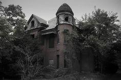 On se croirait presque devant le manoir de Crimson Peakou face à la cabane d'Evil Dead. Dans son nouveau recueil de photos sorti en 2015, le photographe Seph Lawless a parcouru lesÉtats-Unisà la recherche des demeures abandonnées les plus flippantes. De la Pennsylvanie à l'Ohio en passant par le Mississippi,le livre Hauntingly Beautifulpropose un voyage…