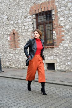 culottes, orange pants, orange and red, overknee boots, pinot noir fashion Culottes Outfit, Orange Pants, Pinot Noir, Over The Knee Boots, Curvy, Black Leather, Leather Jacket, Coat, Red
