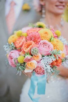 How To Choose The Right Wedding Bouquet Style   http://simpleweddingstuff.blogspot.com/2014/07/how-to-choose-right-wedding-bouquet.html