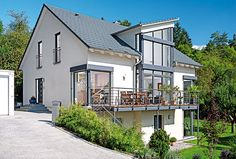 Sw: more white with dark trim, modern railing Houses On Slopes, Haus Am Hang, Modern Railing, House On Stilts, Hamptons House, Home Design Plans, Home Living Room, My House, Building A House