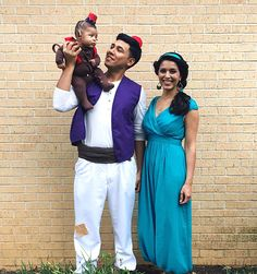 Aladdin Halloween Costume Ideas for Adults. I created a round-up of my favorite adult Halloween costume ideas. Click the photo to see the photos I saved to my Halloween costume ideas page. Costume Halloween Famille, Costume Carnaval, Group Halloween Costumes, First Halloween, Couple Halloween Costumes, Disney Halloween, Halloween Kids, Disney Family Costumes, Group Costumes