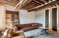 plafond-bois-poutres-apparentes-rustique-tapis-gris-parquet-chevron