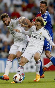 Jogadores do Real Madrid Sergio Ramos e croata Luka Modric lutando atacante Marco Streller bola