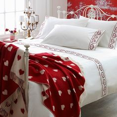 Red and white Bedroom, love the heart blanket, matching lampshade Siluety Red Hearts #ereki #redhearts