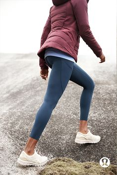 Insulated, water-resistant and thermoregulating winter run gear for your toughest training. Sporty Outfits, Athletic Outfits, Athletic Wear, Fashion Outfits, Sport Fashion, Fitness Fashion, Winter Running, Running Clothes Winter, Oufits Casual