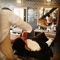 El afeitado clásico para definir la barba se ha venido practicando desde siglos atrás como parte del grooming masculino. _____________________________ Men's Grooming - Los Barberos  #barbershop #mensgrooming #menstyling #menshair #barber #shave #razor #hairstyling #barbers #barberstation #guygrooming #hairstyle #beard #Beardgrooming #gentlemen #wetshave #barbering #Shave #GroomingAwards #Shave #MensProducts #Haicut #CoffeeTime #ManClub #MensFashion #MenCare #Barbering #haircut #Peluqueria…