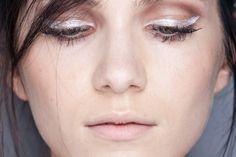 A grife Filhas de Gaia já apostou no lápis branco em um desfile (Foto: Agência Fotosite) Look, Make Up, Pearl Earrings, White Pencil, Beauty Tips, Maquillaje, Daughters, Anos 60, Maquiagem