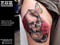Tatuaje a color estilo realista con una mariposa, unas rosas, una calavera y un reloj de bolsillo.