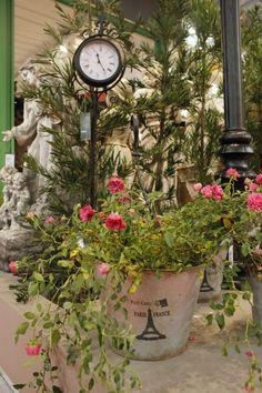 Relógios para a área externa são de arrasar, dão um super up no local e ainda fazem um mix de urbano com natureza. Pode apostar, seu jardim vai ficar um luxo.  #adoropresentes #decoração #relógio #jardim #garden #relógiodeestação #preto