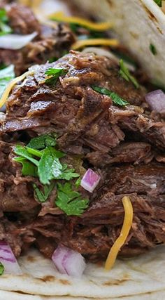 These slow cooker shredded beef tacos are summer slow cooking at its best! Pair it with your favorite toppings. Shredded Beef Tacos Crockpot, Roast Beef Tacos, Shredded Beef Recipes, Mexican Shredded Beef, Brisket Tacos, Crock Pot Tacos, Taco Meat In Crockpot, Slow Cooker Roast, Slow Cooker Tacos