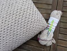 Dit kussen is gemaakt met een tunische haaknaald en Nooodle van Scheepjeswol. De aanbevolen naalddikte is 12 mm, ik gebruikte 15 mm.Het duurde even voor ik deze steek goed onder de knie had, daarom beleefde ik in het begin niet veel plezier aan het haken van dit kussen.Toen ik het eenmaal doorhad, ging het vlug vooruit.Ik bekeek eerst dit filmpje. Diy Crochet, Merino Wool Blanket, Crochet Patterns, Weaving, Crafty, Embroidery, Knitting, Tube, Craft Ideas
