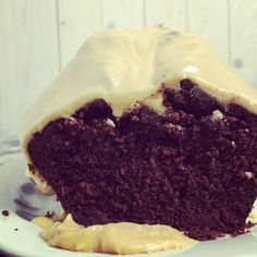 Schokoladenkuchen mit Erdnussbutterguss - Rührteig mit Kakao, weniger Zucker und etwas weniger Butter, dazu Erdnussbutter-Puderzuckerguss - http://kuechenchaotin.de/schokoladenkuchen-mit-erdnussbutterguss/