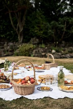 Nothing says summer like a picnic. Check out this gorgeous inspiration for a summer picnic set up.
