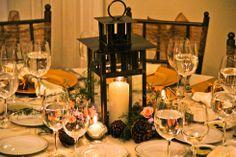 Centro de mesa con farol. www.fullbodas.com Table Settings, Table Decorations, Furniture, Home Decor, Lanterns, Wedding Decoration, Centerpieces, Mesas, Decoration Home