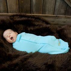 Heerlijk zacht inbakerslaapzakje. Je kindje slaat zichzelf nooit meer wakker maar heeft nog voldoende bewegingsvrijheid. verkrijgbaar bij www.woombie.nl