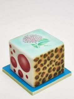 Create fun and impressive airbrushing effects on cakes with Laura Dodimead
