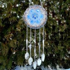how to make a garden plate flower wind chime, crafts, gardening, how to, repurposing upcycling Wind Chime Parts, Wind Chimes, Tiki Lights, Picture Frame Wreath, Diy Nursery Decor, Blue Candles, Flower Plates, Diy Signs, Stained Glass Art