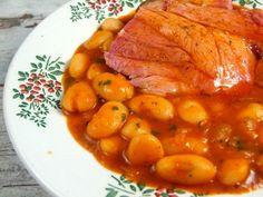 500 gr fasole uscata, 1 ciolan afumat (al meu a . Romanian Food, Romanian Recipes, Diet Recipes, Healthy Recipes, Bean Stew, Chana Masala, Delish, Beans, Dishes
