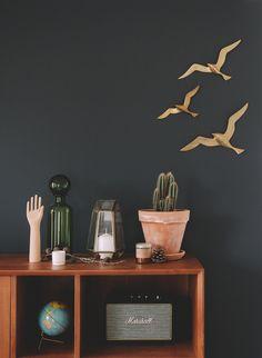 mur gris, mouettes en laiton et petite déco