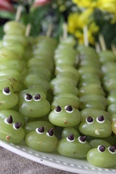 caterpillar skewers: grapes, vanilla icing, and chocolate chips via @aspottedpony// #recipe #grapes #kids #vanilla