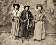 Old West Cowgirl Performers Bernoudy Bergerhoff Pease Vintage Photo 1909 21056 Antique Photos, Vintage Photographs, Vintage Images, Vintage Cowgirl, Cowboy And Cowgirl, Cowgirl Quote, Cowboy Art, Western Photo, Red Indian